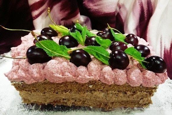 Украшаем торт по желанию. Я украсила половинками черешен без косточек и мятой. Торту надо дать немного постоять и пропитаться. А лучше его кушать на следующий день.