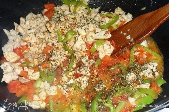 Посыпать курицу с овощами молотым перцем и прованскими травами, перемешать и обжаривать еще 5 мин.