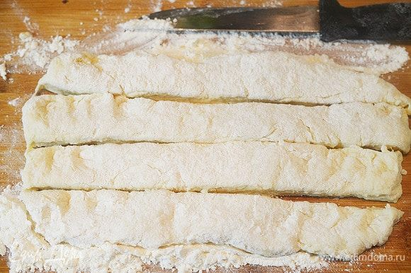 Раскатайте толщиной 5 мм и нарежьте на полоски.