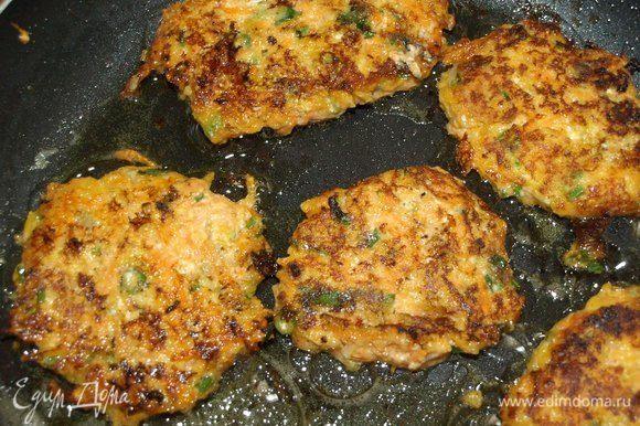 В сковороде разогреть растительное масло. Жарим оладьи с двух сторон до готовности.