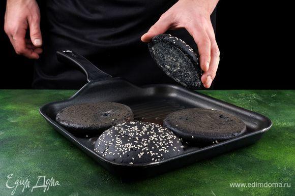 Булочки для бургеров разрежьте пополам, смажьте сливочным маслом и поджарьте на сковороде.