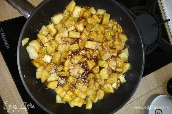 Добавить соевый соус, кунжут, соус якитори, специи по вкусу (чеснок, красный перец, кари). Обжаривать почти до готовности.