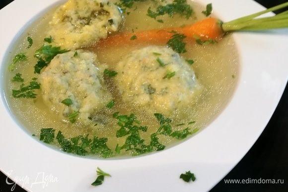 Готовые клецки разложить по тарелкам, в каждую так же добавить по кусочку курятины, залить бульоном и посыпать петрушкой.