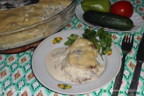 Говядина разварная с сыром готова. Подавать можно с картофельным или другим овощным пюре, вареным рисом, обязательно с салатом из свежих овощей. Приятного аппетита!