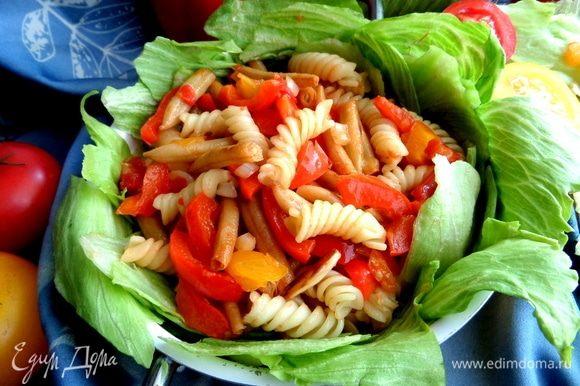 На дно тарелки порвать салат, сверху положить теплый салат.