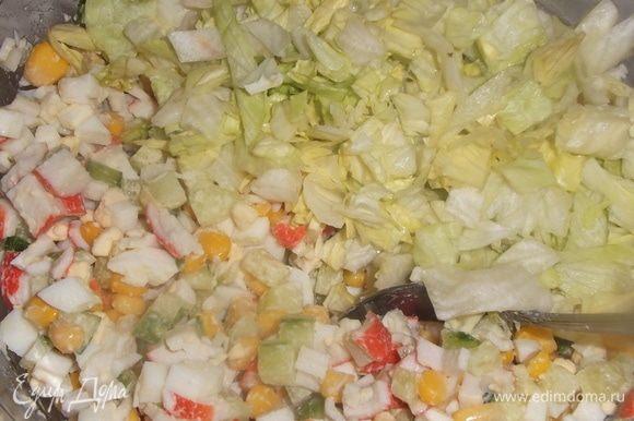 Огурцы очистить от кожи, так салат будет нежнее. Нарезать все ингредиенты. Добавить кукурузу, укроп, соль, майонез. Перемешать.
