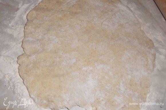 На присыпанной мукой поверхности раскатать тесто в пласт.