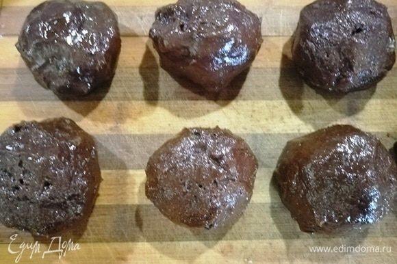 Достаем миску с тестом из холодильника и формируем шарики. У меня печенье довольно крупным получилось. Всего я сделала 8 заготовок.
