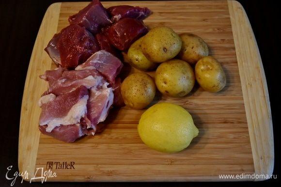 Для приготовления хашбрауна с фаршем подготовить следующие продукты: мясо свинины и говядины, картофель, лимон, соль и растительное масло для жарки.