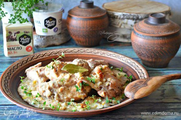 Готовое мясо кролика подавайте, обильно полив соусом. На гарнир прекрасно подойдет картофельное пюре, салат из свежих овощей и свежеиспеченный домашний хлеб. Угощайтесь! Приятного вам аппетита!