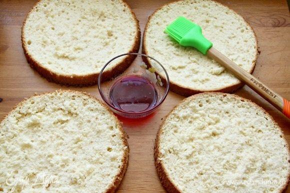 Бисквиты разрезать на 2 коржа. Пропитать их гранатово-розовым сиропом.