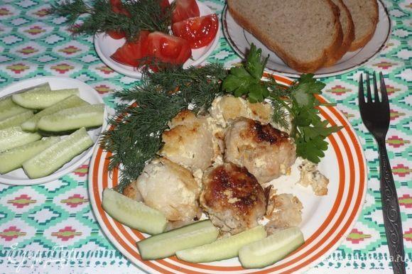 Готовую запеканку разложить по тарелкам. Подать со свежими овощами и зеленью. Приятного аппетита!
