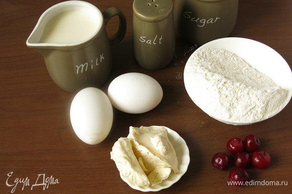 Подготовим продукты — молоко, муку, соль, масло сливочное (или 25 г масла, 25 г сметаны). Количество муки условное — 2–2,5 стакана.