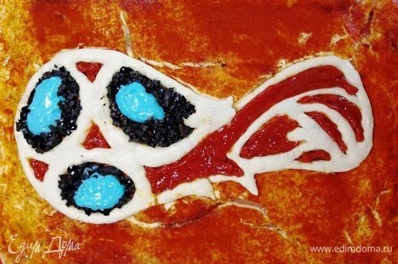 Выкладываем на пиццу заготовку эмблемы. Прорисовываем кетчупом, майонезом, маслинами, сырной цветной смесью все элементы. Я не сторонник пищевых красителей, но хотела, чтобы эмблема была похожа на оригинал.