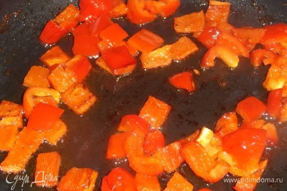 За это время на ложке масла обжарить перец на тихом огне.