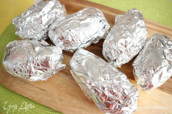 Духовку разогреть до 200°C. Картофель завернуть в фольгу. Отправить в духовку на решетку на 1 час 10 минут.