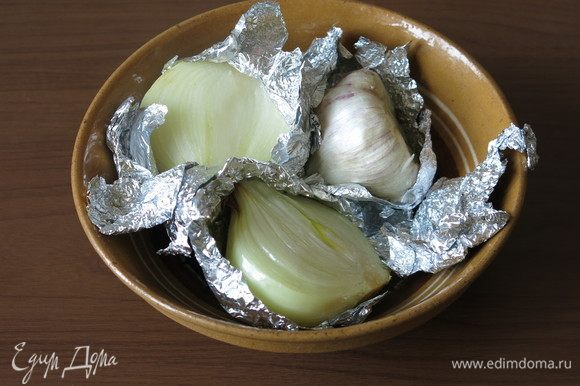 Вынимаем овощи из духовки, всего лук запекали 20 минут.
