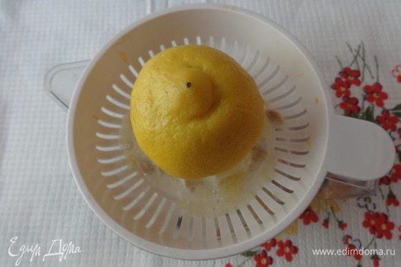 Выжать сок половины лимона и натереть цедру.