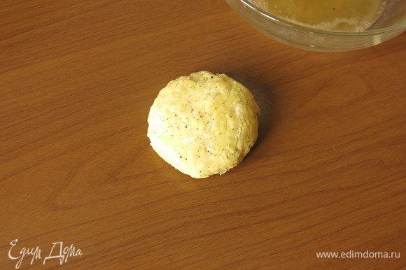 Кладем высушенный картофель на стол.