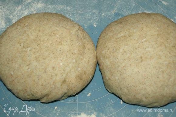Когда тесто подошло. Соус остыл, остальные ингредиенты подготовлены, можно начинать собирать пиццу.