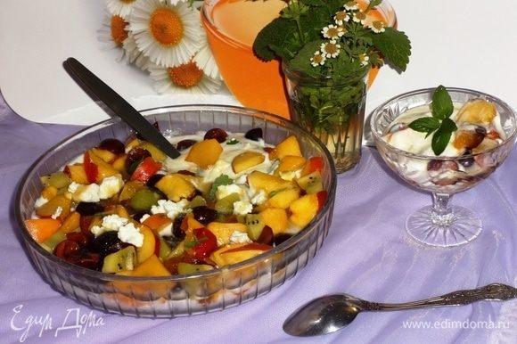 Наш полезный витаминный салат готов! Можно еще украсить его листиками мяты или мелиссы. Выложить в порционные вазочки и наслаждаться свежим вкусом лета.
