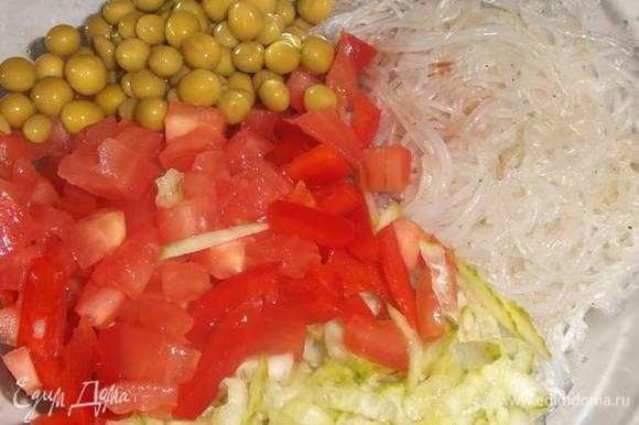 Соединить овощи с лапшой, добавить зеленый горошек. Заправить салат соевым соусом и посыпать рубленой зеленью.