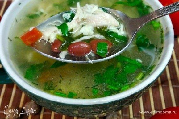 Дать супу покипеть на медленном огне 15 минут, добавить свежей зелени.