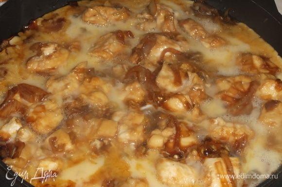 Яйца взболтать вилкой и залить в сковороду, чтобы куски курицы покрылись яйцом. Накрыть крышкой. Жарить 5 минут до готовности яиц.