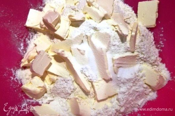 Просеиваем в миску муку, добавляем соль, нарезаем маргарин.