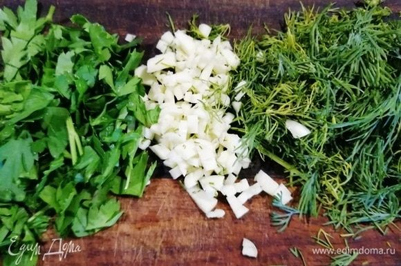 Когда солянка готова, нарезаем укроп, петрушку, чеснок.