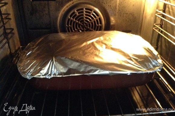 Плотно (в несколько слоев сложить предварительно) укутать фольгой алюминиевой, без всяких щелочек и проколов сверху. В духовку на 220–230°C, и выдерживаем полтора часа. Потом оставляем еще чуть в духовке остыть.