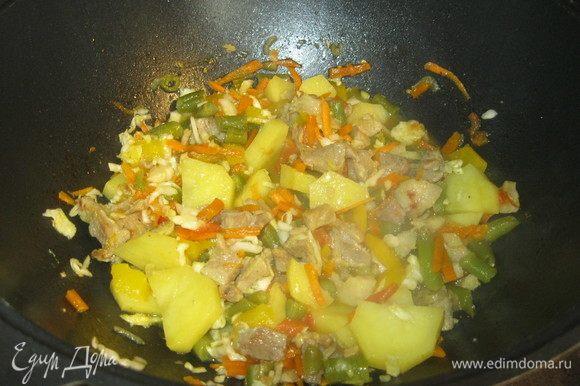 Остался последний ингредиент. Когда картошка слегка сварилась, но внутри еще сырая, добавил жмень квашеной капусты и полстакана капустного рассола. Вот поэтому вначале я положил мало соли. Если капустного рассола нет, то можно добавить горячей воды, а соли положить побольше. Капусту я предпочитаю мелко порубить, ну, а вы решайте сами. Все аккуратно перемешал и оставил готовиться под крышкой минут на двадцать. Не меньше! Капуста должна хорошенько протушиться. К тому же мясо у меня не самое хорошее, для него, чем дольше готовка, тем лучше.