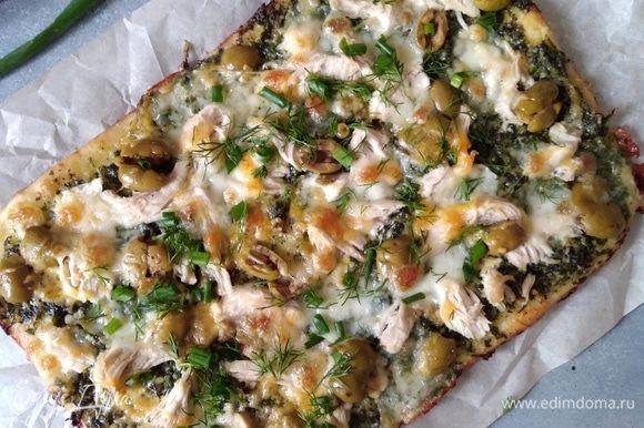 Готовую пиццу присыпать свежей зеленью, я брала укроп и зеленый лук.