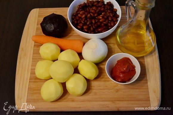 Для приготовления свекольника подготовить следующие продукты: бульон, морковь, фасоль, картофель, растительное масло, томатную пасту, репчатый лук, соль. Фасоль замочить на ночь. Затем отварить фасоль без добавления соли до готовности. Свеклу отварить и остудить.