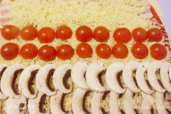 Затем разрезанные пополам помидоры черри.