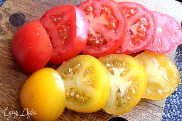 Берем средние помидоры, можно двух-трех цветов для разнообразия. Делим на основу — шайбочки.