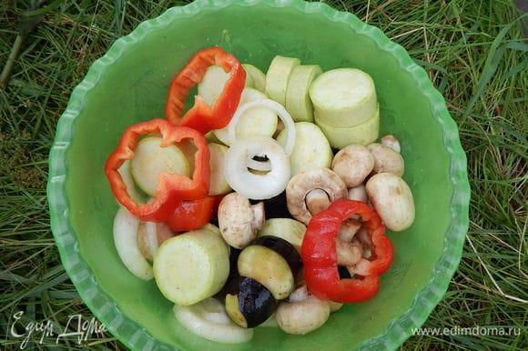 Баклажаны, кабачки, перец и лук нарезать кольцами толщиной 1,5–2 см, чеснок — кружочками. Грибы лучше брать мелкие, чтобы их не резать. Солим и перчим по вкусу, добавляем яблочный уксус, оливковое масло (можно заменить любым другим), накрываем чашку с овощами пищевой пленкой и встряхиваем несколько раз. Оставляем овощи мариноваться минимум на 3 часа, а лучше на ночь.