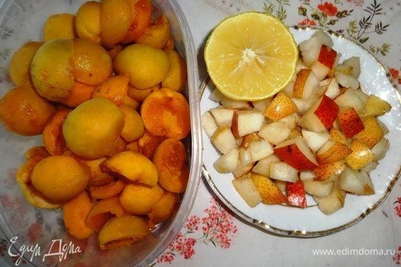 Абрикосы вымыть, обсушить, вынуть из них косточки, разделив пополам. Груши вымыть, обсушить, удалить сердцевину. Нарезать груши небольшими кусочками. Сбрызнуть лимонным соком, чтобы не потемнели.
