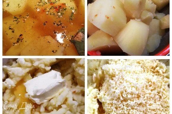 Картофель отварим в подсоленной воде со специями. Немного обсушим, растолчем его, добавим яйцо и сливочное масло. Перемешаем, добавим натертый сыр. Еще раз хорошо перемешаем.