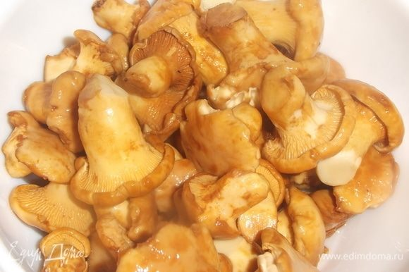 Подготовить грибы. Почистить, помыть. Куриную грудку порезать на куски, залить водой, довести до кипения. Посолить.