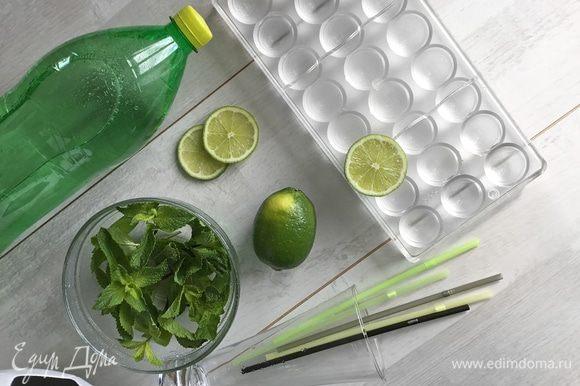 Нам понадобятся: лайм, мята, лед и любая газированная вода (или лимонад).