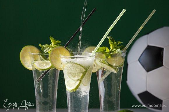 Украсим стаканчики колечками лайма. Нальем холодную газированную воду.