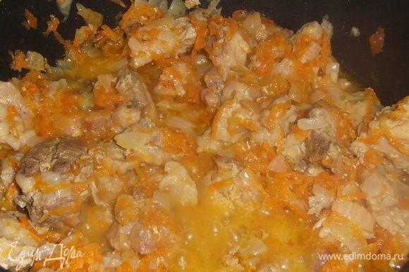 Гузки порезать. Выложить в казан, накрыть крышкой и на медленном огне тушить до изменения цвета и выделения сока. Добавить натертую морковь и порезанный лук. Под крышкой на тихом огне тушить до мягкости гузок.