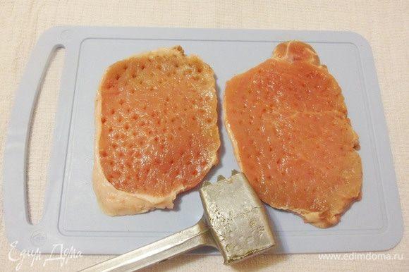 Мясо отбить кухонным молотком.