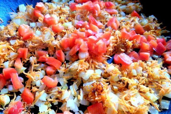 Обжарить на растительном масле вначале лук и морковь, позже — паприку.