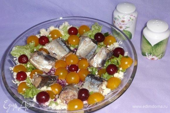 Полить салат заправкой и сразу же подать к столу. Порционно каждый выкладывает себе на тарелку пару кусочков рыбы и щедрую порцию овощного салата. Всем приятного аппетита!