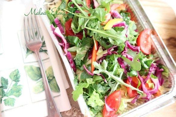 Нарезать тонко салат латук, шпинат, добавить руколу. Поместить на капсалон овощи, зелень. Это блюдо следует сопроводить соусом — чесночным или приправой самбал, которая готовится на основе острого или жгучего перца.
