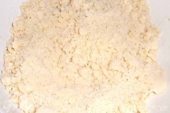 Тесто перетереть в крошку. Отдельно белки взбить с оставшейся частью сахара, добавить в творог.