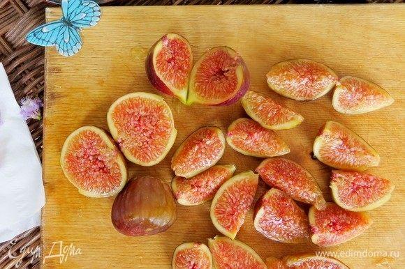 Инжир нарезать дольками и выложить на листья салата к дыне и луку.
