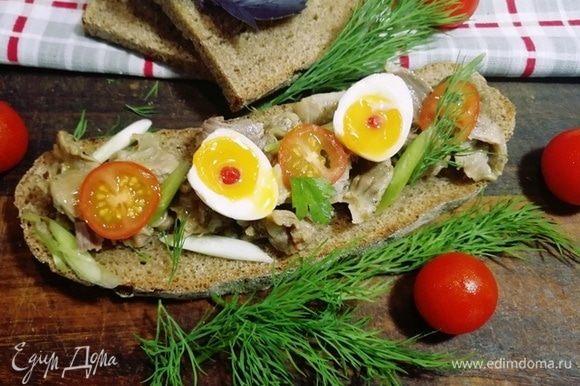 А мне очень нравятся бутерброды на черном хлебе с желудочками, луком, помидором и перепелиным яйцом.